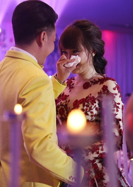 Trong lễ cưới, cô dâu đã vô cùng xúc động trước tình yêu mà Nam Cường dành cho cô. Bà xã giọng ca Bay giữa ngân hà không nén được sự xúc động, cô bật khóc trong vòng tay của chồng. - Tin sao Viet - Tin tuc sao Viet - Scandal sao Viet - Tin tuc cua Sao - Tin cua Sao