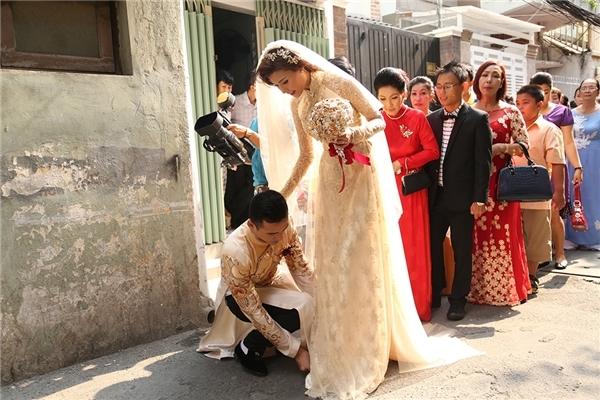 Đáp lại, nam diễn viên không ngần ngạingồi xuống chỉnh lại váy cưới cho vợ khi Thúy Diễm gặp khó khăntrong việcdi chuyển ra xe. - Tin sao Viet - Tin tuc sao Viet - Scandal sao Viet - Tin tuc cua Sao - Tin cua Sao