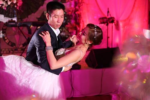 Á hậu Diễm Trang và ông xã Xuân Du đã có màn khiêu vũ lãng mạn trong ngày cưới trước sự chứng kiến của tất cả mọi người. Hình ảnh ngọt ngào và lãng mạn nàykhiến không ít người ghen tị. - Tin sao Viet - Tin tuc sao Viet - Scandal sao Viet - Tin tuc cua Sao - Tin cua Sao