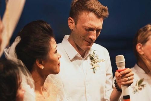 Vợ chồng nữ ca sĩ Phương Vy không ngăn được những giọt nước mắt hạnh phúc trong đám cưới lãng mạn được tổ chức tại bãi biển Phan Thiết hồi tháng 3/2015. - Tin sao Viet - Tin tuc sao Viet - Scandal sao Viet - Tin tuc cua Sao - Tin cua Sao