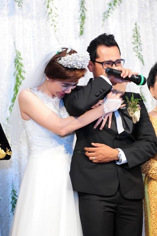 Chú rể Huỳnh Đông không kìm được cảm xúc và khóc nức nở khi nói lời cảm ơn công sinh thành của ba mẹ trong ngày cưới. Cô dâu Ái Châu cũng xúc động trước sự chân thành, tình cảm của chồng. - Tin sao Viet - Tin tuc sao Viet - Scandal sao Viet - Tin tuc cua Sao - Tin cua Sao