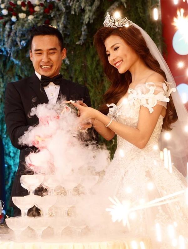 Cặp đôi thực hiện nghi lễ rót rượu mừng trong đám cưới tại Tiền Giang. - Tin sao Viet - Tin tuc sao Viet - Scandal sao Viet - Tin tuc cua Sao - Tin cua Sao