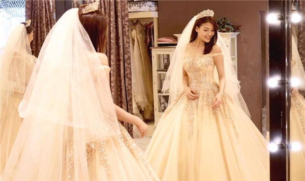 Trước đó, Thúy Diễm và Lương Thế Thành từng chia sẻ những hình ảnh trong buổi thử váy cưới trên trang cá nhân. Thiết kế này cũng có phom xòe đặc trưng nhưng với sắc trắng ngả vàng độc đáo.Có thể đây sẽ là bộ váy mà Thúy Diễm diện trong buổi tiệc chiêu đãi vào ngày 14/4 tới đây tại TP.HCM. - Tin sao Viet - Tin tuc sao Viet - Scandal sao Viet - Tin tuc cua Sao - Tin cua Sao