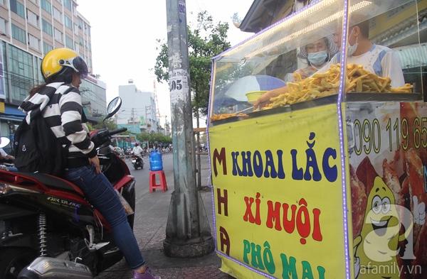 """Không chỉ dừng lại ở các loại trái cây, dường như từ """"lắc"""" đã chuyển sang nhiều món ăn khác. Như một xe bán rong trên đường Hoàng Diệu (quận 4) có món khoai lang lắc."""