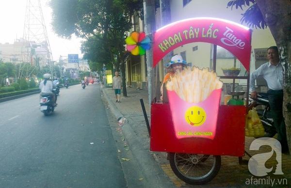 Trên đường Phan Xích Long (Q.Phú Nhuận) lại có khá nhiều xe đẩy bán khoai tây lắc. Một số quán ăn nhanh thì có bán món gà lắc.