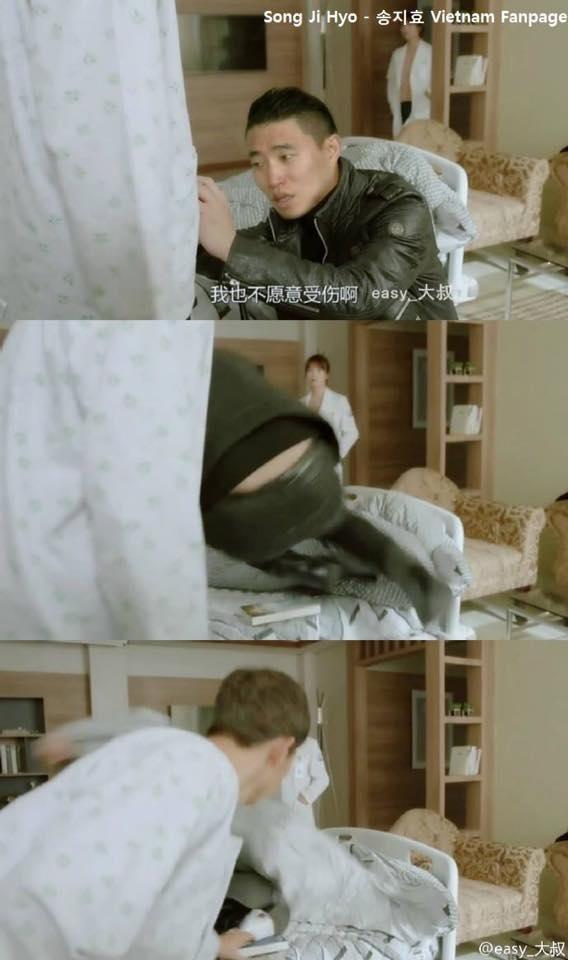 """Thượng sĩ Seo, Gary trong lúc đang kéo khóa quần giúp Yoo Shi Jin thì Kang Mo Yeon bất ngờ bước vào. Anh nhanh chóng nhảy ngay lên giường trước khi bị bắt gặp khung cảnh """"tình ngay lí gian"""". Phân cảnh này trong phim cũng hài hước không kém khi khán giả lần đầu chứng kiến khoảnh khắc vén tóc """"nữ tính"""" của Seo Dae Young."""