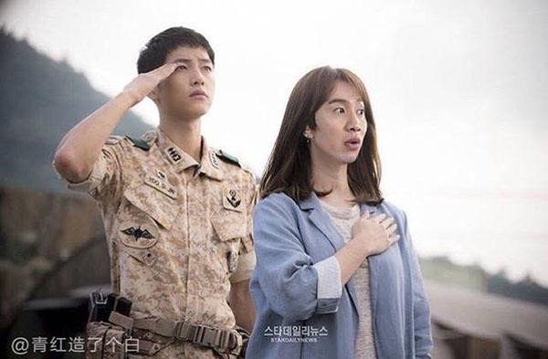 Một số hình ảnh khác chứng tỏ Lee Kwang Soo chính là phiên bản Kang Mo Yeon lỗi nhất trong tất cả các pha chế ảnh của Descendants of the Sun.