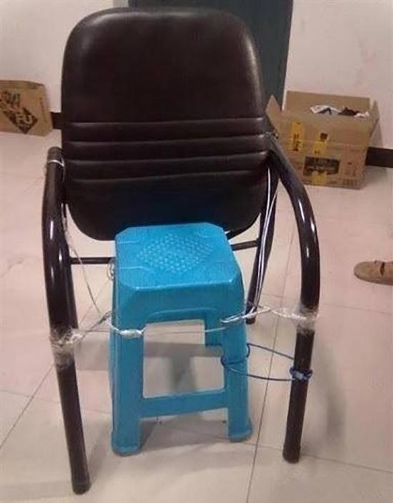 Chiếc ghế xúc phạm người ngồi. (Ảnh: Internet)