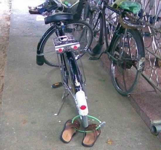 Công dụng của cái khóa là gì? Bảo vệ đôi dép hay bảo vệ cái xe? (Ảnh: Internet)
