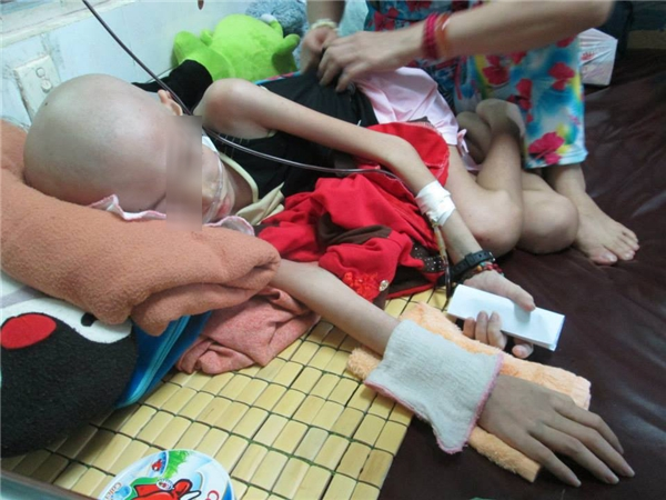 Dù bị những cơn đau hành hạ đến kiệt lực, nhưng Trân Châu vẫn muốn được đến lớp để gặp cô Phấn và các bạn. Ảnh: NVCC