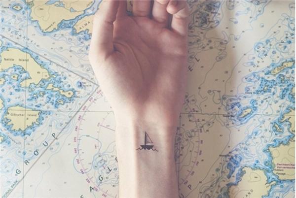 Hình xăm nhỏ chiếc thuyền trên sóng ở cổ tay khá dễ thương và ngộ nghĩnh, tuy nhiên cũng có thể đây là tâm tư của người xăm.