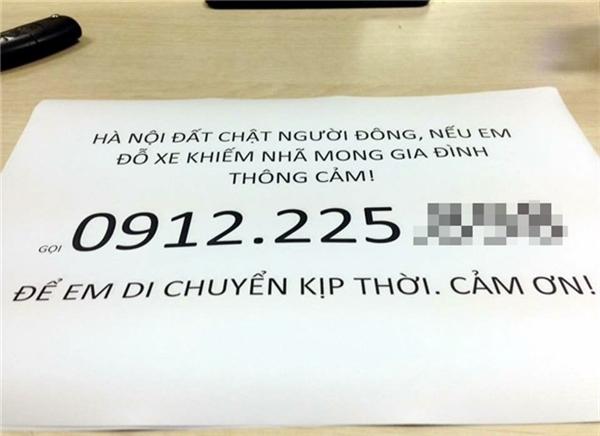 Tờ giấy in lời xin phép của anh M. mong được đỗ xe. (Ảnh: Internet)