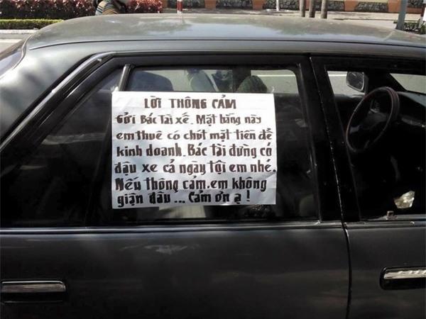 Tuy nhiên, bên cạnh đó còn có nhiều người rất hòa nhã, viết giấy nhắn nhủ chủ xe rất chân thành để mong họ không còn đỗ trước cửa hàng mình, gây ảnh hưởng việc kinh doanh nữa. (Ảnh: Internet)