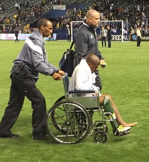 Darlington Nagbe rời sân bằng xe lăn.