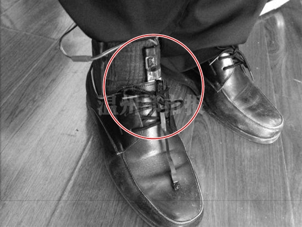 ... hay tinh vi hơn là chiếc camera được gắn kín đáo dưới chân...