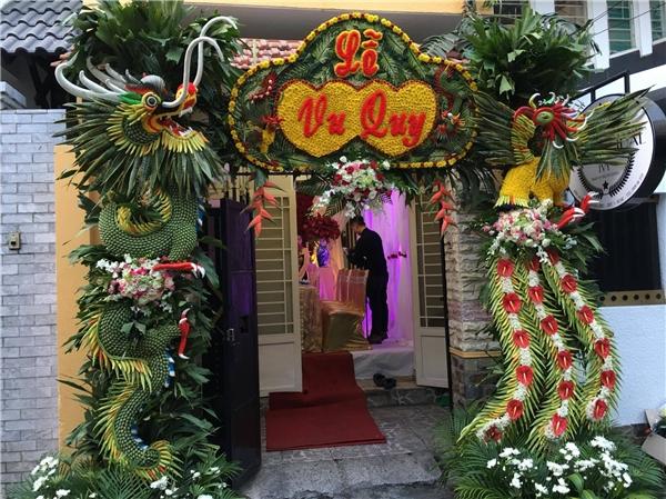 Không gian lễ rước dâu của người đẹp Thuý Diễm được bày trí cổng hoa hoạtiết rồng phượng bắt mắt.
