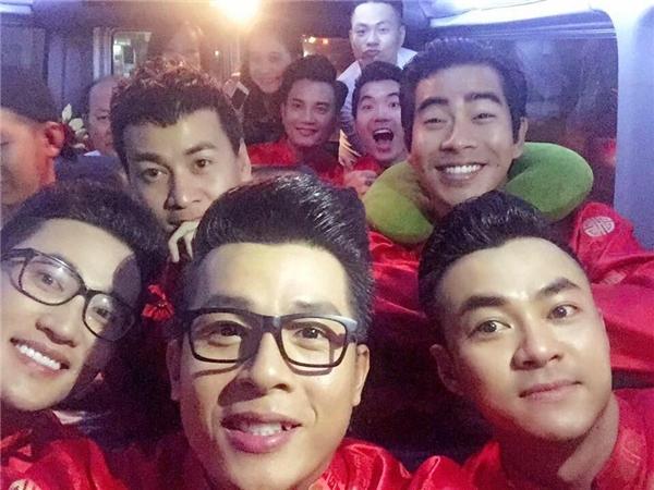 Dàn bưng quả bên phía nhà trai toàn là những nam diễn viên điển trai và khá nổi tiếng như: siêu mẫu Trương Nam Thành, nam diễn viên Hà Trí Quang, Hoà Hiệp, Bá Thắng, Ngọc Thuận, Thanh Bình (bạn trai của nữ diễn viên Ngọc Lan),…
