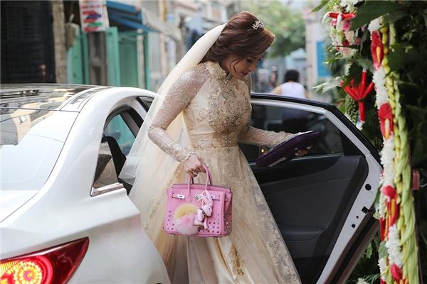 Cô dâu Thuý Diễm diện bộ áo dài được thiết kế đặc biệt cho ngày trọng đại của mình. - Tin sao Viet - Tin tuc sao Viet - Scandal sao Viet - Tin tuc cua Sao - Tin cua Sao