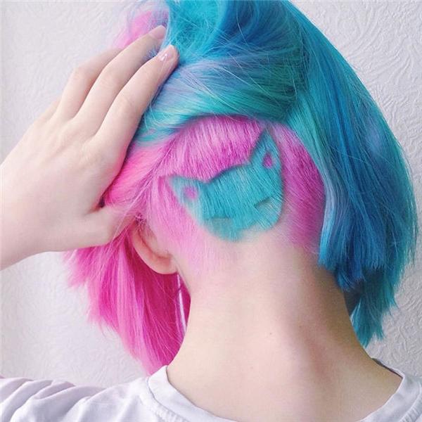 """Đây là mái tóc khiến cư dân mạng """"rần rần"""" trong những ngày qua khi được một cô gái người Nga chia sẻ trên Instagram. Do quá yêu thương chú mèo đáng yêu của mình, cô gái này đã quyết định mang hình ảnh của nó lên mái tóc kèm theo hai tông màu nhuộm hợp xu hướng: xanh, hồng. Dĩ nhiên, với kiểu tóc này, chúng ta chỉ có thể thấy được các họa tiết khi phần tóc phía sau được vén sang một bên."""