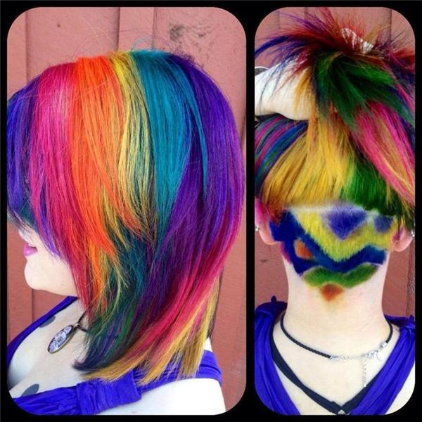 Có những mái tóc khiến bạn phải thốt lên rằng, tại sao họ có thể làm được những điều thú vị như vậy. Tuy nhiên, màu tóc cùng kiểuundercut này không phải ai cũng dám áp dụng bởi khi xuất hiện ở bất kì nơi đâubạn sẽtrở thành tâm điểm của mọi ánh nhìn và những lời bàn tán xôn xao.