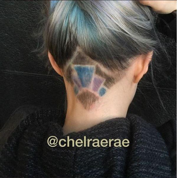 Một thợ làm tóc tên Chelraerae liên tục chia sẻ những tạo hình thú vị phía sau mái tóc undercut với những màu nhuộm nổi bật, thu hút.