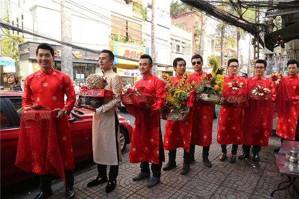 Dàn bưng quả bên phía nhà trai toàn là những nam diễn viên điển trai và khá nổi tiếng như: siêu mẫu Trương Nam Thành, nam diễn viên Hà Trí Quang, Hoà Hiệp, Bá Thắng, Ngọc Thuận, Thanh Bình (bạn trai của nữ diễn viên Ngọc Lan),… - Tin sao Viet - Tin tuc sao Viet - Scandal sao Viet - Tin tuc cua Sao - Tin cua Sao