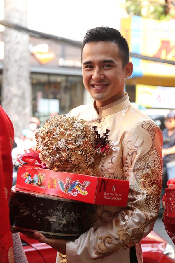 Từ rất sớm, chú rể Lương Thế Thành đã có mặt tại tư gia của Thuý Diễm trong bộ trang phục áo dài vàng truyền thống. - Tin sao Viet - Tin tuc sao Viet - Scandal sao Viet - Tin tuc cua Sao - Tin cua Sao