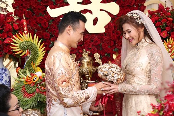 Chú rể nhẹ nhàng trao hoa cho cô dâu Thuý Diễm - Tin sao Viet - Tin tuc sao Viet - Scandal sao Viet - Tin tuc cua Sao - Tin cua Sao