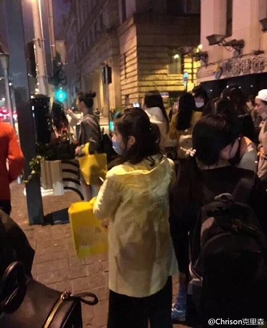 Ngã ngửa trước lý do dòng người dài dằng dặc đang xếp hàng để chụp ảnh với hòm thư bên vệ đường