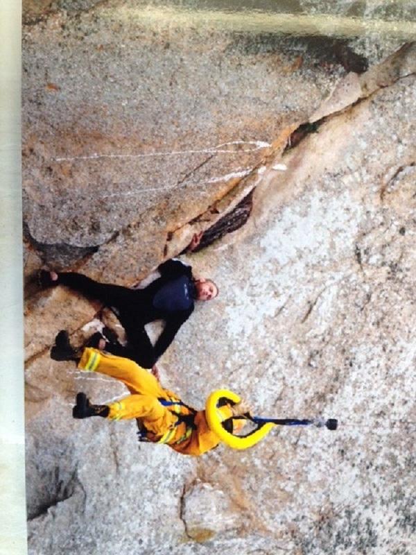 Banks mắc kẹt trên vách đá sau khi cầu hôn thành công.