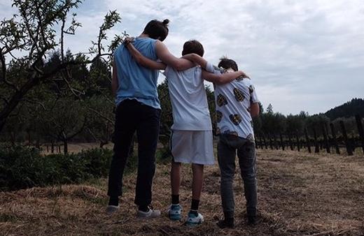 Bức ảnh 3 anh em Brooklyn chơi đùa ở trang trại trồng nho.