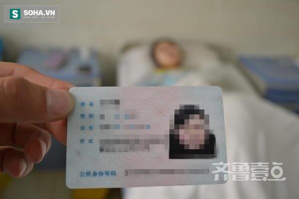 Y tá chăm sóc Vương Hoài Kiều cho phóng viên xem chứng minh thư của cô gái đáng thương.