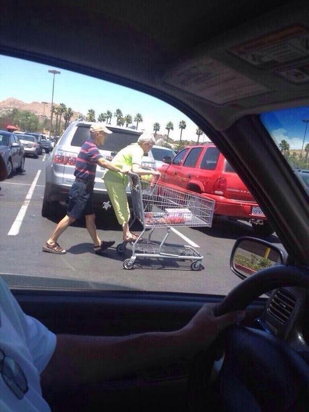 Bắt quả tang ông bà nội đi hẹn hò ở siêu thị. (Ảnh: Internet)