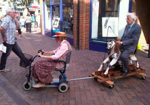 Ông cứ ngồi yên đó, tui dẫn ông đi dạo phố nha. (Ảnh: Internet)