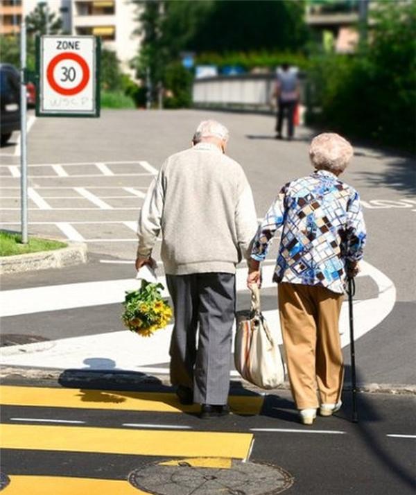 Bà nắm chặt tay tui, tui dẫn bà qua đường. (Ảnh: Internet)