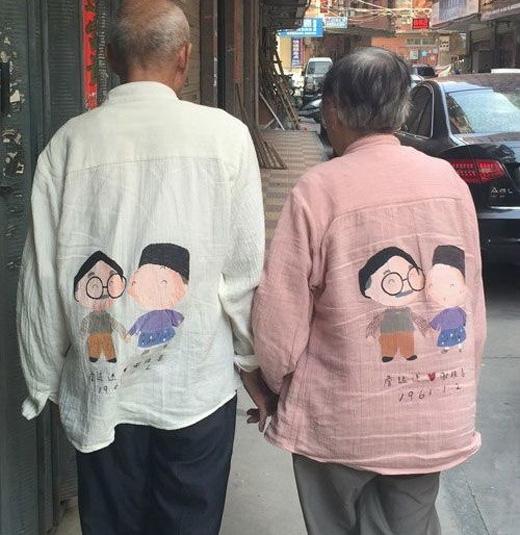Cũng phải sắm một cặpáo đôi cho bằng với bọn trẻ.(Ảnh: Internet)