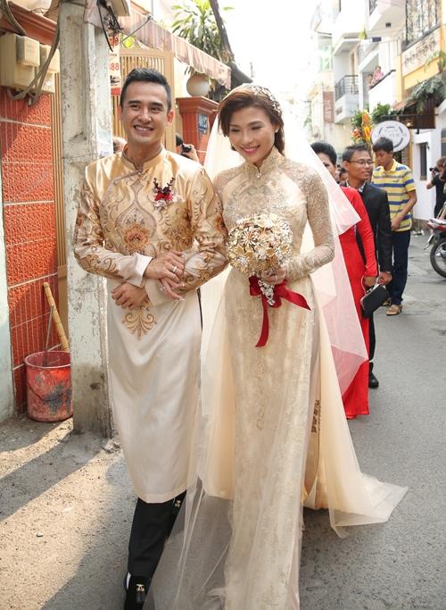 Cận cảnh áo dài cưới của Thúy Diễm từ ngày mới lên khuôn, làm rập