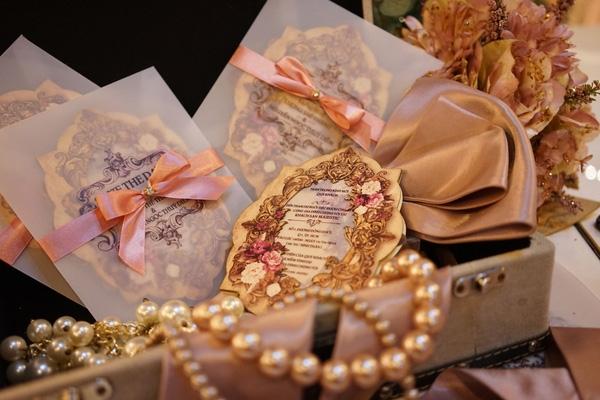 Không khó để nhận ra, họa tiết trên áo hòa quyệnvới thiết kếthiệp cưới mà Lương Thế Thành - Thúy Diễm từng chia sẻ.