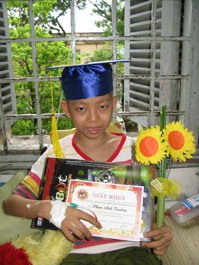Phan Anh Trường – cậu học sinh lớp 6 đầu tiên của lớp học bệnh viện Ung Bướu TP.HCM. Ảnh: NVCC