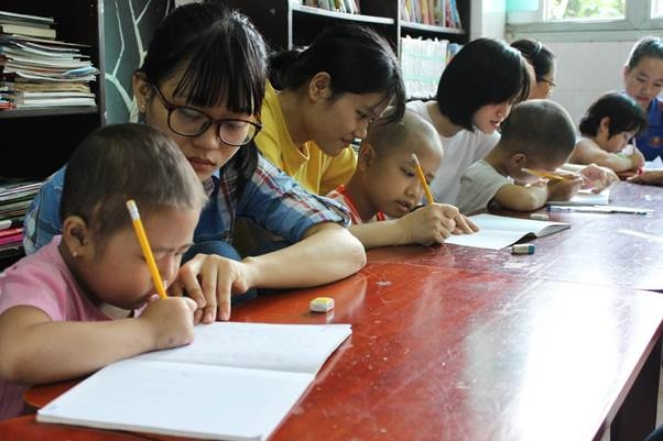 """Những đứa """"học trò không tóc"""" viết tiếp ước mơ học hành ngay tại lớp học bên cạnh dãy phòng bệnh."""