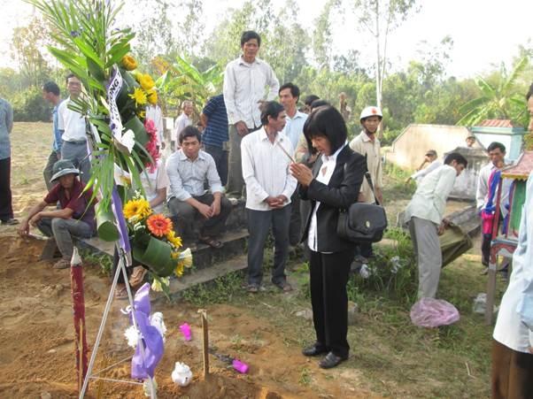 Từ Sài Gòn cô Phấn lặn lội đến Bình Định để tiễn cậu học trò ngoan lần sau cuối. Ảnh: NVCC