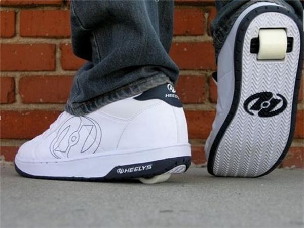 """10 năm trước thời trang giầy trượt khá là đơn giản với chiếc bánh xe mini được """"che giấu"""" dưới gót giày.(Ảnh: Internet)"""