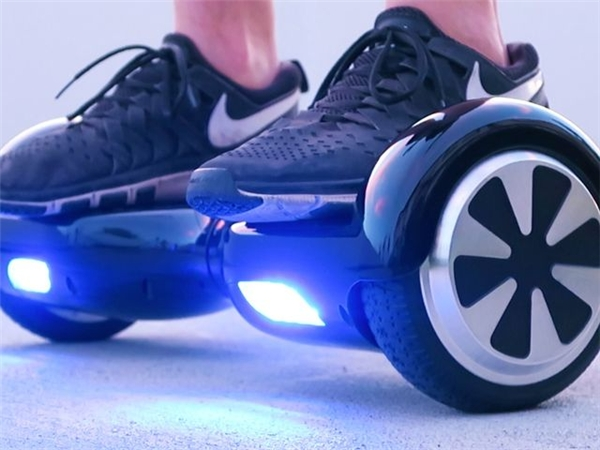 """10 năm sau, đôi giày """"thần thoại"""" kia đã được tút tát lại sành điệu hơn và mang tính công nghệhơn với hai bánh xe to đùng đầy """"lộ liễu"""".(Ảnh: Internet)"""