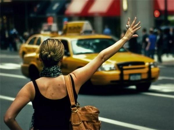 """Trở về năm 2006, để bắt được một chiếc taxi không cách nào khác bạn phải thực hiện một số động tác """"thủ công"""" như vẫy tay, hoặc giơ ngón tay cái lên cao.(Ảnh: Internet)"""