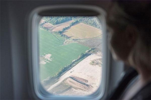 Kéo mở màn cửa cũng là cách để tạo sự cân bằng về ánh sáng giữa trong và ngoài máy bay.(Ảnh: Internet)
