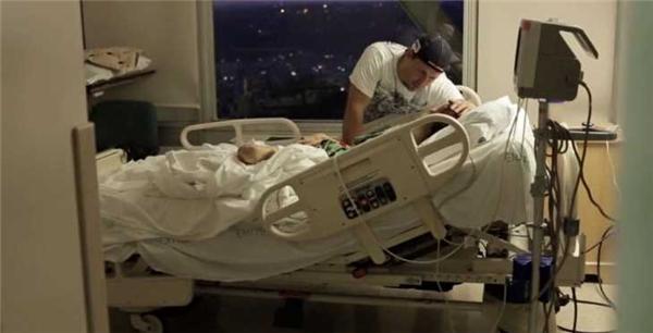 Rod luôn bên cạnh vợ dù là ở nhà hay trong bệnh viện. (Ảnh: Hành trình Bình phục của Rachael)