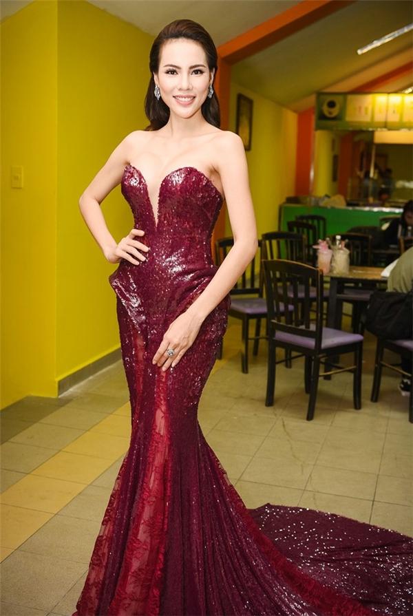 Trong một đêm tiệc trước đó, Á khôi Lệ Quyên cũng diện chiếc váy có chất liệu tương tự. Thiết kế giúp người đẹp phô trươngkhéo léo bờ vai thon gọn cùng số đo ba vòng hoàn hảo. Kĩ thuật dựng phom 3D đã tạo nên 2 chi tiết đối xứng hông váy khá thú vị.