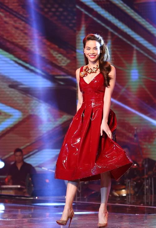 Một trong những bộ váy ấn tượng nhất của Hồ Ngọc Hà trên ghế nóng The X-Factor 2014 cũng có tông màu đỏ rượu sang trọng. Bộ váy bằng chất liệu plastic nhưng vẫn tạo cảm giác mềm mại, nhẹ nhàng.
