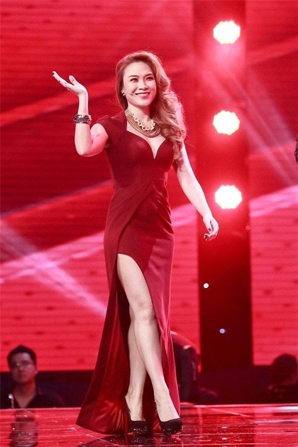 Sắc đỏ rượu cũng từng giúp Mỹ Tâm ghi điểm tuyệt đối trên sân khấu Giọng hát Việt 2015. Bộ trang phục vừa thuận theo tinh thần cổ điển với phom váy dài đặc trưng, nhưng cũng không kém phần hiện đại, táo bạo với những đường cắt xẻ ở chân, ngực váy.