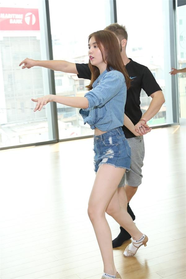 Vì là lần đầu làm quen với dancesport và thời gian tập luyệngấp rút nên Ngọc Trinh khá vất vả.